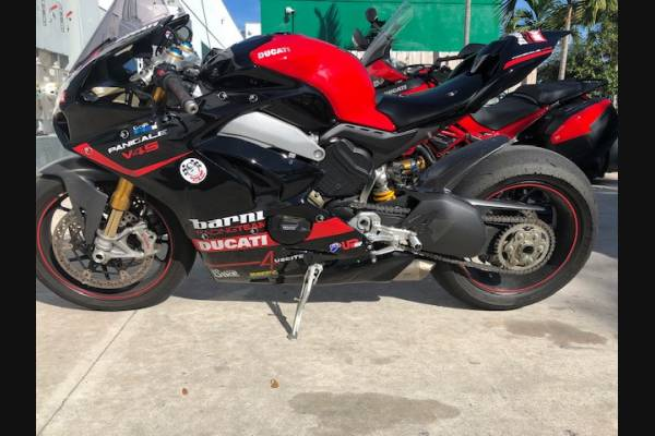 Complete and painted fairings with back seat Neoprene seat DUCV4BR18